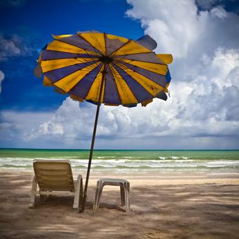 Strandliege und Sonneschirm am Patong Beach